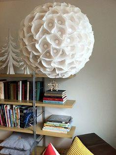 Uma ideia genial, utilizar forminas de papel para formar um lindo lustre. O efeito dele quando aceso é maravilhoso e seu passo a passo mostra que qualquer um pode fazer o seu lustre com forminha de papel em casa.