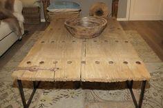 tafel van oude houten deur met ijzeren onderstel