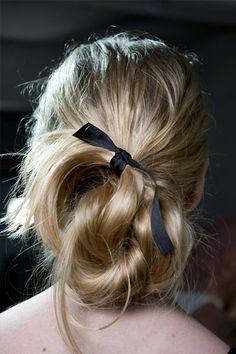 學做氣質女孩!Oscar de la Renta 帶起黑色蝴蝶結髮型潮流!