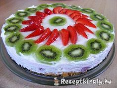 Tejszínkrémes gyümölcstorta Hozzávalók: A tortalaphoz: 2 tojás 5 evőkanál víz 15 dkg cukor 12,5 dkg búza finomliszt 1/2 csomag sütőpor