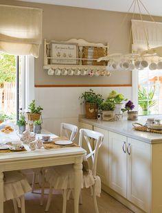 Dónde colocarlas  Entre dos ventanas, sin sol directo, es la mejor ubicación para las aromáticas. Mesa, sillas, vajilla y bandejero, de este...