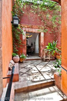 Again with the muted red stucco walls. Love it surrounded with a lush tropical garden.                                                                                                                                                      Más
