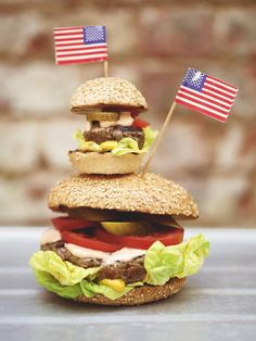 Jamie Oliver burger and spicy mayo. I just really love the tine burger' so cute! Jamie Oliver, Sandwiches, A Food, Food And Drink, American Burgers, Beef Sliders, Homemade Burgers, Mini Burgers, Gastronomia