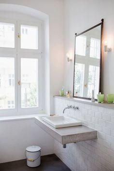 baño con encimera de cemento