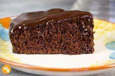 Aprenda a fazer um Bolo de Chocolate rápido e prático que fica delicioso.
