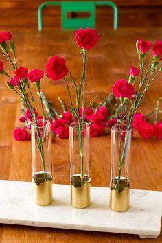 14 DIY Gold Painted Vases for an Elegant Decoration - Hello Lidy Gold Diy, Wooden Vase, Ceramic Vase, Vase Centerpieces, Vases Decor, Purple Vase, Blue Vases, Vase Design, Paper Vase