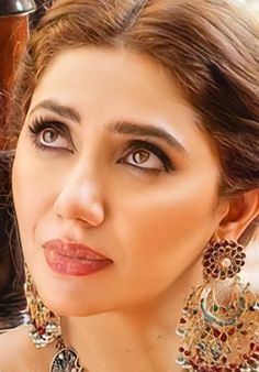 Good For Her, Mahira Khan, Pakistani Bridal Dresses, Mahi Mahi, Beautiful Bollywood Actress, Interesting Faces, Actresses, Fashion Outfits, Nice Face