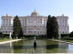 Royal Palace in Madrid The Palacio Real de Madrid is the official residence of the Spanish Royal Family at the city of Madrid, but is only used for state ceremonies. Foto Madrid, Real Madrid, Travel And Tourism, Spain Travel, Travel Agency, Prado, San Antonio, Best Rooftop Bars, Spanish Royal Family