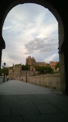 San Juan de los Reyes desde el  puente de San Martín. Toledo. Spain.