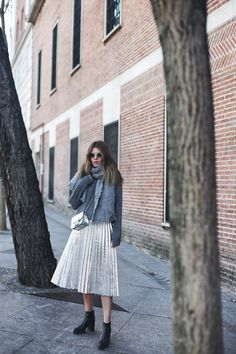 Metallic Pleated Skirt, oh yes! | Mi armario en ruinas. Grey knit sweater+silver pleated midi skirt+black ankle boots+grey scarf+siver crossbody bag+round sunglasses. Winter Smart Casual Outfit 2017