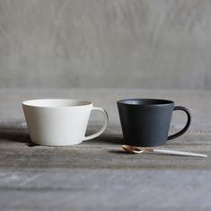 いいね!542件、コメント4件 ― SAKUZAN/作山窯さん(@sakuzan_jp)のInstagramアカウント: 「スープカップとマグカップ、並べてみるとこんな感じです。似ているけど、フォルム、大きさが違います✨ #sakuzan #ceramics #handmade #madeinjapan…」 Plates And Bowls, Serving Plates, Ceramic Cups, Ceramic Art, Pottery Courses, Coffee Equipment, Cup Design, Ceramic Design, Ceramic Painting