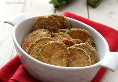 Le zucchine impanate al forno sono un contorno stuzzicante, con una panatura croccante e leggera, una ricetta povera e molto semplice.