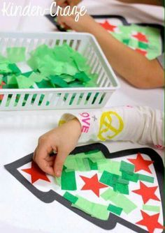 Tissue Paper Christmas Tree Window Decorations - Kinder Craze: A Kindergarten Te. - Weihnachtsbasteln mit Kids - Crafts Home Preschool Christmas Crafts, Christmas Tree Crafts, Christmas Projects, Christmas Themes, Kids Christmas, Holiday Crafts, Christmas Crafts For Kids To Make Toddlers, Santa Crafts, Quilling Christmas