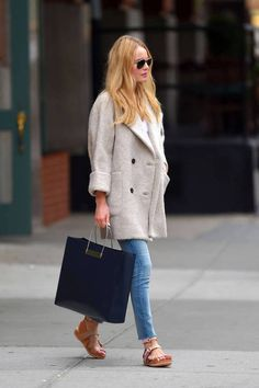 slouchy coat, skinny jeans and a polished tote equal serious weekend style.