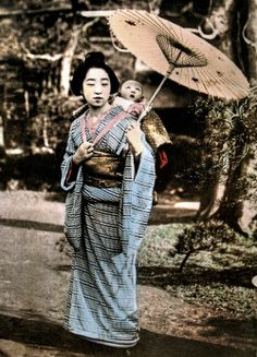 Baby mesmerized by mothers umbrella. Hand-colored photo, about Japan. Old Photos, Vintage Photos, Japan Landscape, Japan Shop, Japanese Warrior, Old Photography, Japanese Kimono, Japanese Art, Japanese Outfits