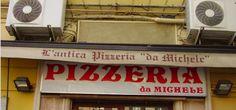 La pizza più famosa di Napoli Da Michele. Luogo di suggestione anche per chi non ha mai messo piede in una pizzeria napoletana e non  ...