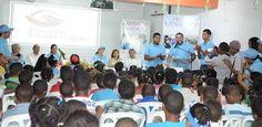 Salvador Holguín entrega útiles escolares y computadoras en la frontera