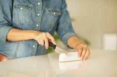 Fiskars RollSharp™ veitsenteroitin valkoisena Plastic Cutting Board
