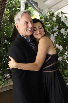 Mark Harmon & Cote De Pablo. Awwwww it looks like a daddy daughter picture!!! (If only that was meeee)