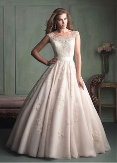 AMAZING GLAMOROUS TULLE BALL GOWN SCOOP NECKLINE NATURAL WAISTLINE WEDDING DRESS IVORY WHITE LACE BRIDAL GOWN HANDMADE