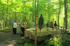Les gens discutent autour de l'autel de pierre.