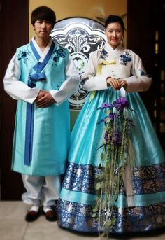 love this couple hanbok
