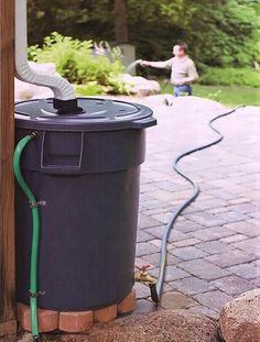 Harness rainwater to water the garden. Outdoor Projects, Home Projects, Water Barrel, Garden Design, House Design, Water Collection, Rainwater Harvesting, Water Storage, Save Water