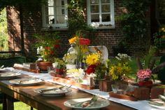 Blumen-Tafel: Auch alte Ziegelsteine und Bruchkanten von Pflastersteinen können als Deko-Objekte zum Einsatz kommen.