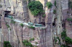 Povestea tunelului Guoliang, unul dintre cele mai spectaculoase drumuri din lume, construit cu dalta și ciocanul
