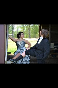 Could definitely see Bryce doing this lmao! Prom Pics, Prom Photos, Prom Pictures, Dance Pictures, Picture Poses, Picture Ideas, Prom Group Poses, Prom Dresses, Formal Dresses