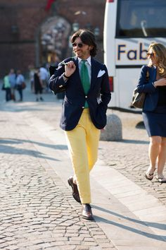 Every man has a blue blazer.it's the finishing that makes this work: yellow pants, bright green tie, blue shirt, pocket square. Casual and elegant. Preppy Men, Preppy Style, Mens Style Guide, Men Style Tips, Mens Colored Pants, Mens Fashion Blog, Men's Fashion, Yellow Pants, Moda Casual