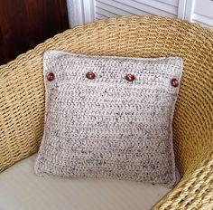 Dit woonkussen is gehaakt met dik tweed garen en heeft grote houten knopen. Tweed, Throw Pillows, Toss Pillows, Cushions, Decorative Pillows, Decor Pillows, Scatter Cushions
