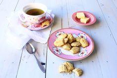 French vanilla madeleines Le Cordon Bleu, Galletas Cookies, French Vanilla, Breakfast, Food, Desert Recipes, Food Cakes, Home Made, Madeleine