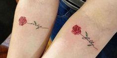 Tatuagens Femininas 2020: Fotos e modelos de tattoos PERFEITAS! Red Ink Tattoos, Mom Tattoos, S Tattoo, Small Tattoos, Tattoos For Women, Couple Name Tattoos, Rose Tattoo With Name, Daughters Name Tattoo, Remembrance Tattoos