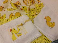 Bebês - kit baby - bibs - presente - patinhos fofos - duck - patinhos - delicado - aqui se costura com amor - in love - sweet - gift - lembrancinha - feito com amor - menino/menina - girls - boy - babador - fraldinha de boca - lembrancinha - gift - white  -  yellow -  Foto by Vaninhac