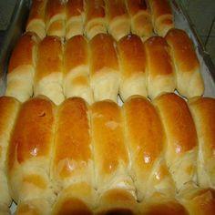 Compartilhe isso! Que tal fazer na sua casa um pão de leite fofinho como de padaria? INGREDIENTES 1 lata de leite condensado 395 ml de leite morno (use a lata de leite condensado como medida) 30 g de fermento biológico fresco para pão (ou 15 g do seco) 4 ovos 1/2 xícara de óleo 1 … Pan Bread, Bread Cake, Brazilian Bread, Sweet Recipes, New Recipes, My Favorite Food, Favorite Recipes, Sweet Pie, Bread Rolls