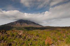 Вулкан Сакурадзима -  Японский вулкан Сакурадзима (Sakurajima) – из тех, которые «не спят». Этот стратовулкан на полуострове Осуми острова Кюсю входит в десятку самых опасных на Земле, наряду с такими известными всем вулканами, как Этна и Везувий. Путешествуем вместе