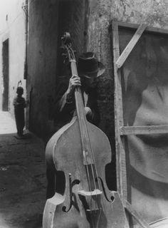 La Maison de l'Amérique latine présente jusqu'au 12 décembre la première exposition en France dédiée à Lola Álvarez Bravo (1903-1993), l'une des plus incontournables photographes mexicaines du XXème siècle. Elle fut une figure de la renaissance artistique qui a suivi la révolution mexicaine de 1910, tout comme Tina Modotti, Frida Kahlo, Diego Rivera et Manuel Álvarez Bravo, qu'elle épouse en 1928 et avec lequel elle vit jusqu'en 1934.