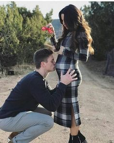 Couple | Christmas | Mistletoe | Maternity Photo & Pregnancy Announcement Ideas