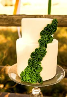 Simple way to incorporate emerald in your cake design! #wedding #coloroftheyear #bride