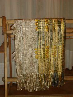 Chal tejido en seda con aplicaciones de seda de raso.
