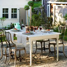 34 Ideas small patio table and chairs pea gravel Outdoor Rooms, Outdoor Dining, Outdoor Furniture Sets, Outdoor Decor, Dining Area, Outdoor Patios, Outdoor Seating, Dining Room, Backyard Seating