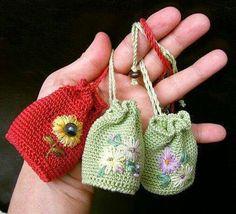 ideas for crochet sachet bag Crochet Sachet, Crochet Pouch, Crochet Keychain, Crochet Amigurumi, Crochet Purses, Crochet Gifts, Crochet Earrings, Knitting Projects, Crochet Projects
