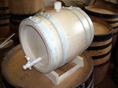 Botte bianca in legno di rovere da 8 litri per invecchiamento distillati. White oak-tree wood barrel, 8 lt, for distillates aging. Tel.+39 0547 310171