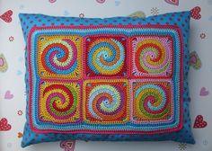 Schritt-für Schritt-Anleitung für Granny Squares mit Spiralmuster. Es werden bei diesem Spiral-Granny vier verschiedene Farben gleichzeitig verarbeitet. Das Häkeln dieses Musters erfordert ein...