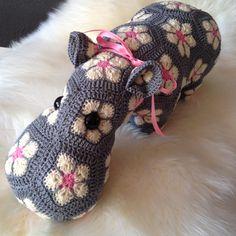 African flower Hippo - Made by Nienepien.  Pattern by Heidi Bears.   www.nienepien.nl Facebook.com/nienepienshop