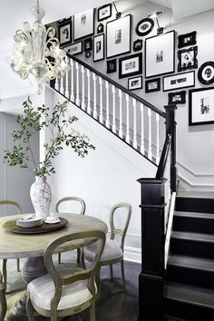 Staircase wall is often a cold corner overlooked by homeowners. But with a little creativity, your staircase wall can be transformed from an ignored area to an attractive focal point. The staircase wall is just Black And White Stairs, White Staircase, Black And White Photo Wall, White Walls, Black Painted Stairs, Black Railing, Black White, Staircase Design, White Banister
