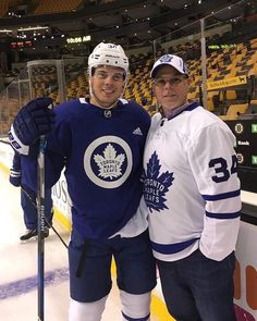 Auston and his dad. auston Matthews is my favorite player. Hockey Mom, Hockey Teams, Ice Hockey, Sports Teams, Toronto Maple Leafs Wallpaper, Mitch Marner, Maple Leafs Hockey, Wayne Gretzky, Hockey Players