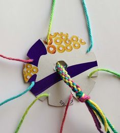 Pulsera de hilo o lana en forma redonda, con cartón. Muy fácil