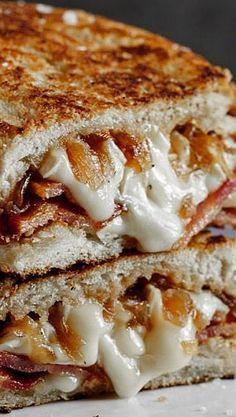 sandwich de queso asado con tocino y cebollas caramelizadas